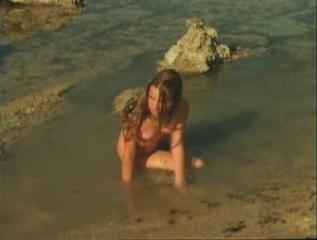 Сцена изнасилования молодой девушки на берегу моря.
