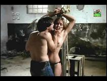 мужик привязал девушку к столбу и трахнул.