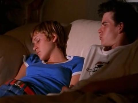 парень проснулся и поимел лежащую рядом девочку.