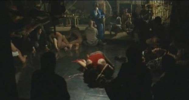 Прилюдно бьет ремнем голую женщину а затем сношается с ней.