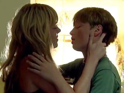 Художественые фильмы секс юноши с зрелой женщины