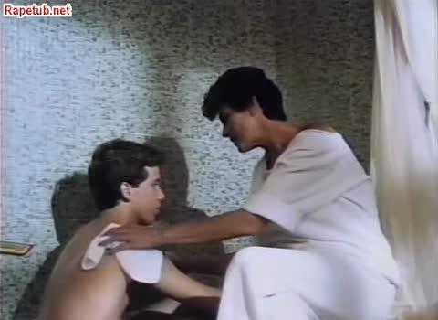 Неудовлетворенная мать ищет утешения у сына.