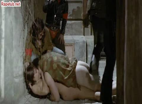 Банда напала на молодую пару, девушка оказалась девственницей и ее трахнули.