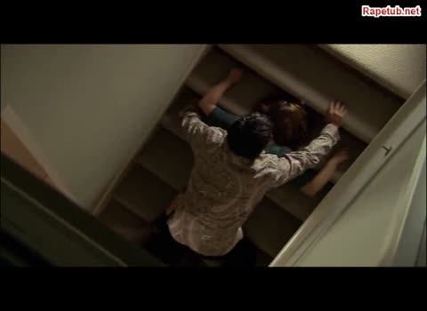 Анальное изнасилование на лестнице.
