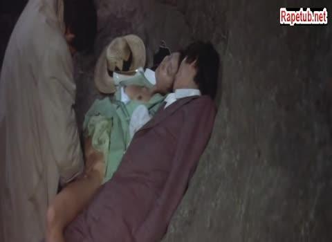 Бродяга изнасиловал девушку спящую с мужем на камнях. Муж даже не проснулся.