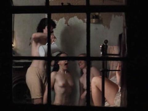 Ребята шпионят за голыми женщинами