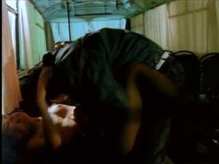 Террористы насилуют учительницу в автобусе, сцена из русского фильма времен СССР.