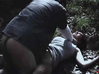 Группа мужчин похищают девушку путешествующую автостопом