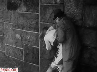 Прохожий спас девушку от насильника и сам-же изнасиловал.