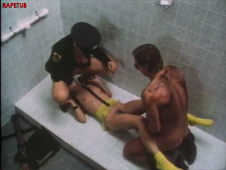 Копы принуждают к сексу арестованную женщину