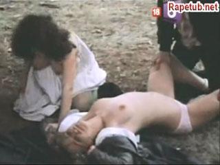 Серийные насильники во главе с лесбиянкой нападают на молодых девушек.