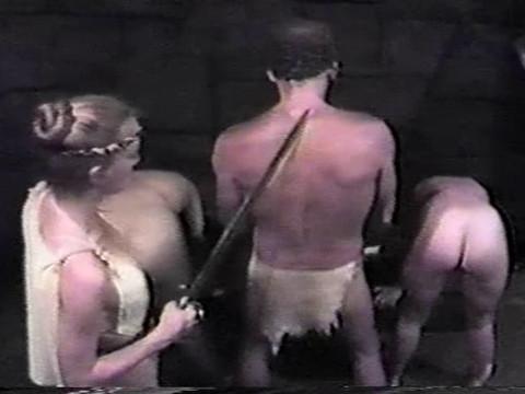 Женщина с саблей заставляет мужчину совокурляться с наложницами