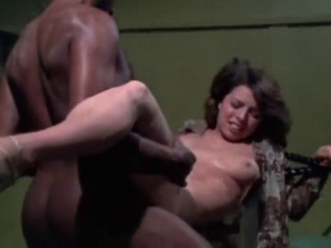 Боксер насилует женщину прямо на ринге