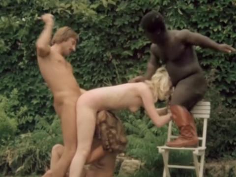 Черный карлик и другой мужчина трахают и шлепают девушку