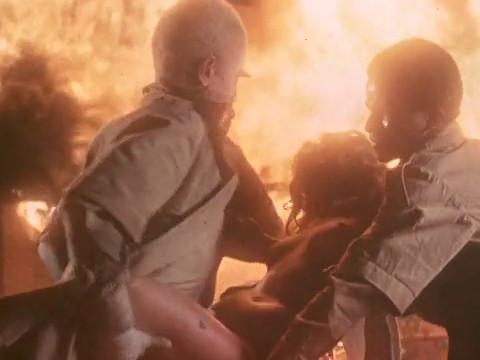 Банда чернокожих, во главе с Белым сжигает дом и насилует девушку.