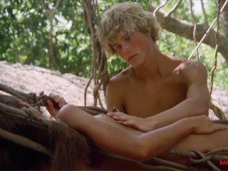 Парень и девушка живут на необитаемом острове