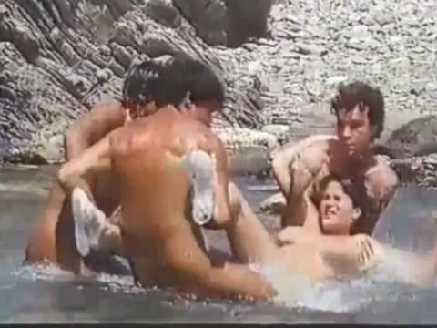Трое мужчин затащили девушку на лодку для веселья