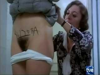 Мать унижает дочь - раздевает, пишет на теле похабные слова, хватает за груди.