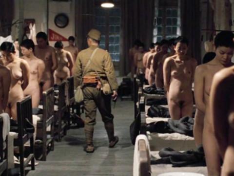 Солдат приказал раздеть всех женщин на фабрике
