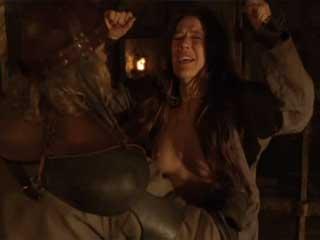 Изнасилование и бичевание молодой девушки, сцена из средневекового фильма.