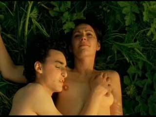 Замужняя женщина изменяет мужу с молодым парнем, видя в нем образ потерянного сына.