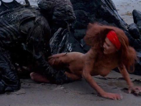 Монстры из глубины выходят на сушу и нападают на женщин