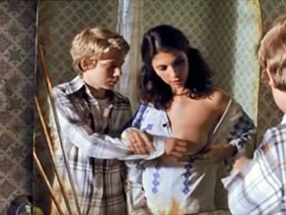 Взрослая девушка дает мальчику потрогать свою сиську.