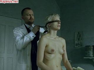 Доктор который любит трахать душевнобольных пациенток.