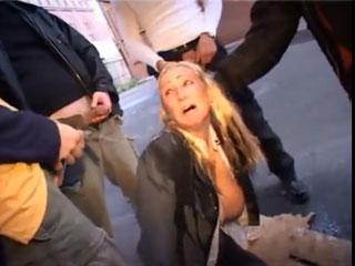 Парни обесчестили и унизили деловую женщину