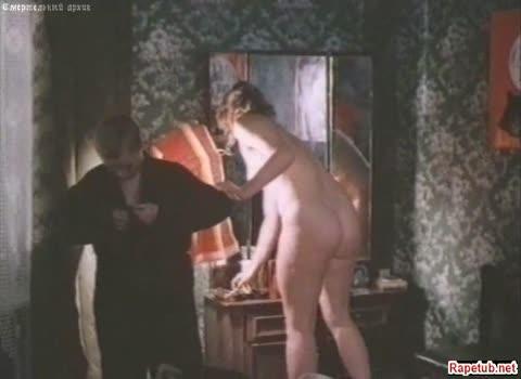 Голая женщина не стесняясь мальчика ходит по комнате.