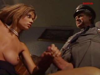 Фашистский офицер заставил заключённую женщину заняться с ним сексом