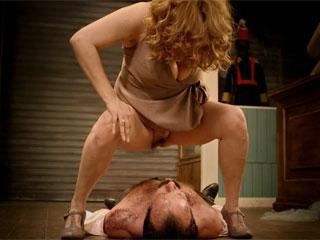 Женщина обоссала лежащего под ней мужчину