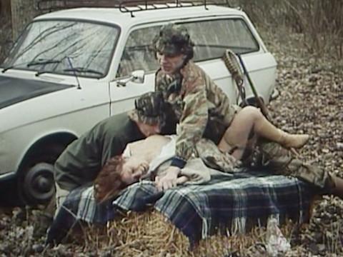 Охотники заставили девушку-хиппи заняться сексом