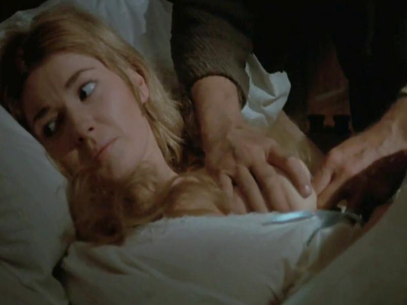 Конюх связывает и раздевает служанку склоняя ее к сексу