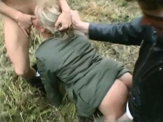 Парни завезли девушку в лес и заставили раздвинуть ноги