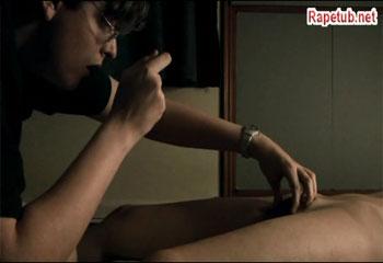 Парень фотографирует письку спящей женщины и дрочит на нее.