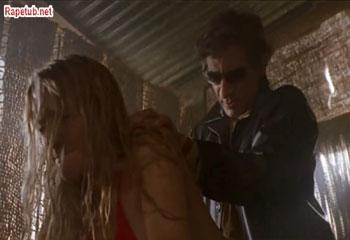 Гангстер делится девушкой со своими друзьями.