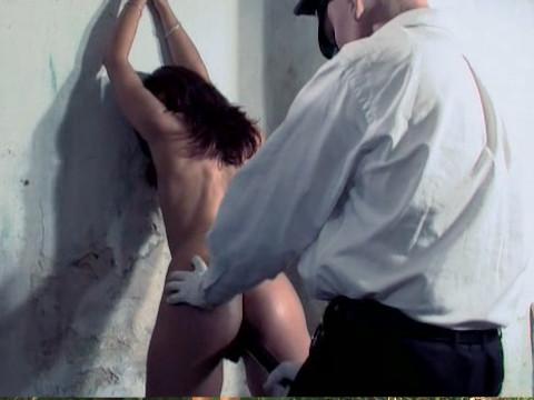 Полицейский вставил палку в задницу женщины