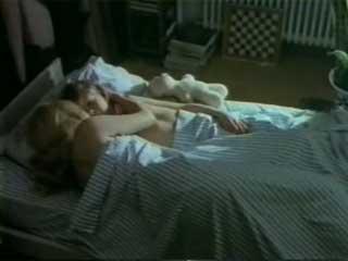 Парень принуждает взрослую женщину раздеться догола и лечь с ним в постель.