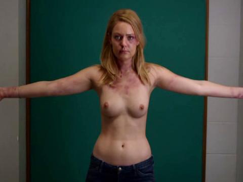 Полицейские фотографируют голую девушку