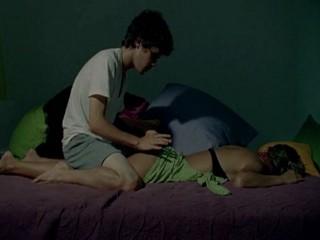 Парень мастурбирует лапая грудь сестры