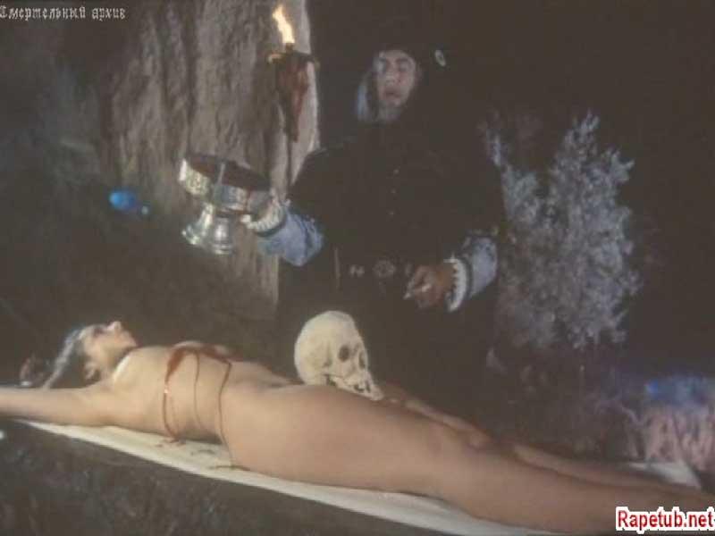 Девушку приносят в жертву, сцена из русского фильма