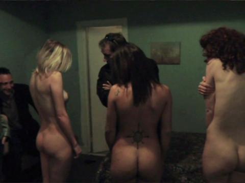 Торговцы людьми осматривают новую партию секс-рабынь.