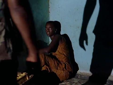Солдаты повстанцев насилуют черную девушку.