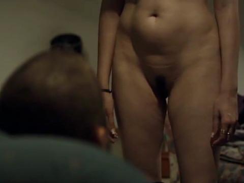 Мужчина заставляет женщину раздеться, ползать на коленях и в конце берет ее силой
