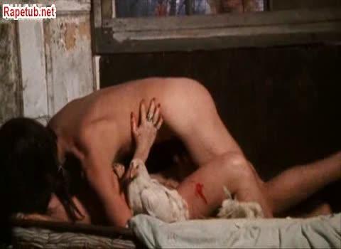 Сцена изнасилование в курятнике.