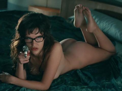 Обнаженная  девушка с пистолетом (Пас де ла Уэрта)