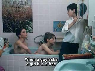 Мама с дочкой принимают ванну вместе