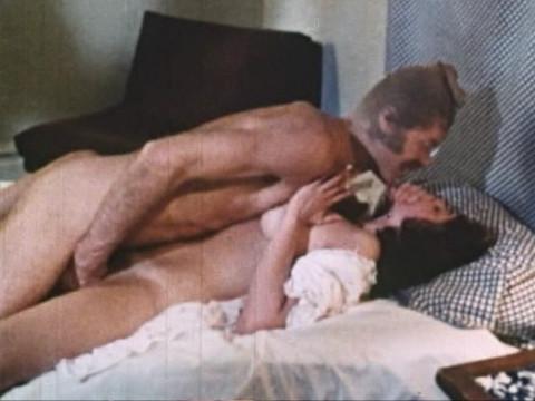Мужчина с чулком на голове воспользовался спящей женщиной