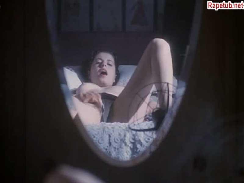 Девушка мастурбирует на кровати